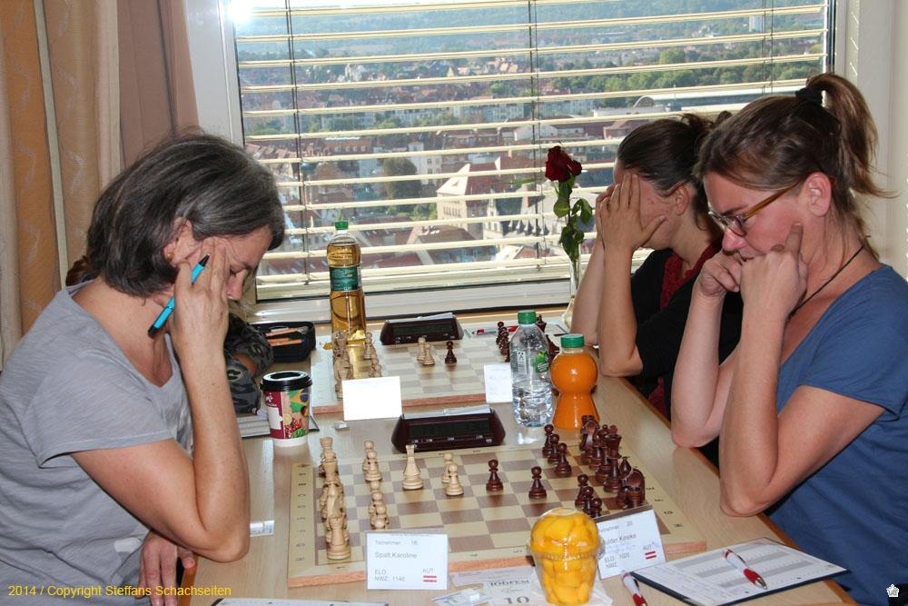 """Zwei Kaffeehausschachspielerinnen mal ganz ernst bei der Turnierpartie. Ich hatte aber Glück, da Kineke die """"Erholungsmöglichkeiten"""" in Erfurt am Abend zuvor ausgekostet hat und noch etwas müde war."""