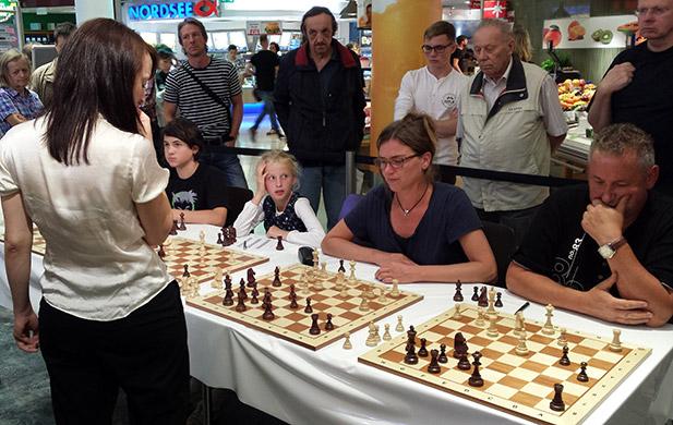 """Die Gelegenheit, gegen die beste Schachspielerin Deutschlands zu spielen, konnte sich unsere Kineke einfach nicht entgehen lassen. Frau Schach meint: """"Gut so. Denn ohne Mut geht am Schachbrett sowieso gar nichts."""""""