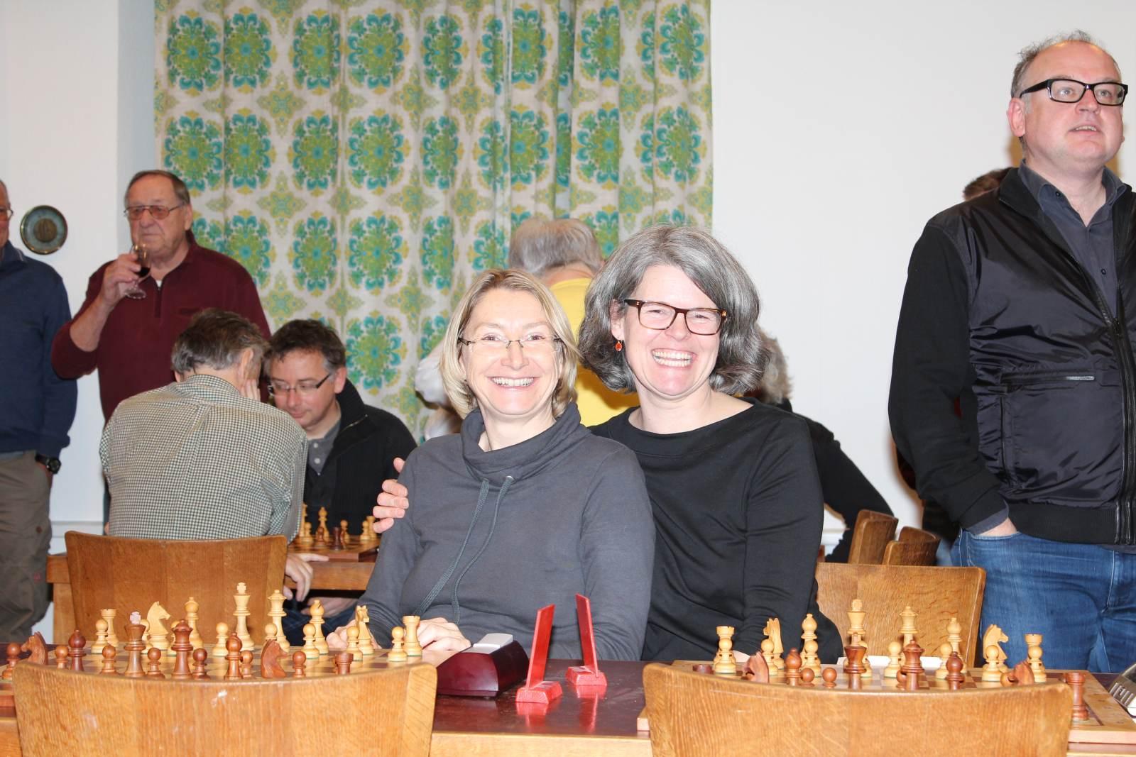 Das frau beim Schach viel Humor haben muss, wissen wir beide schon lange. Uns macht es einfach Spaß, selbst auf den hinteren Plätzen.